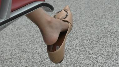 4K丝袜视频  【魔术师4K】妙龄街拍少女跳鞋,之足跟诱惑 5分50秒 街拍第一站全网原创独发!