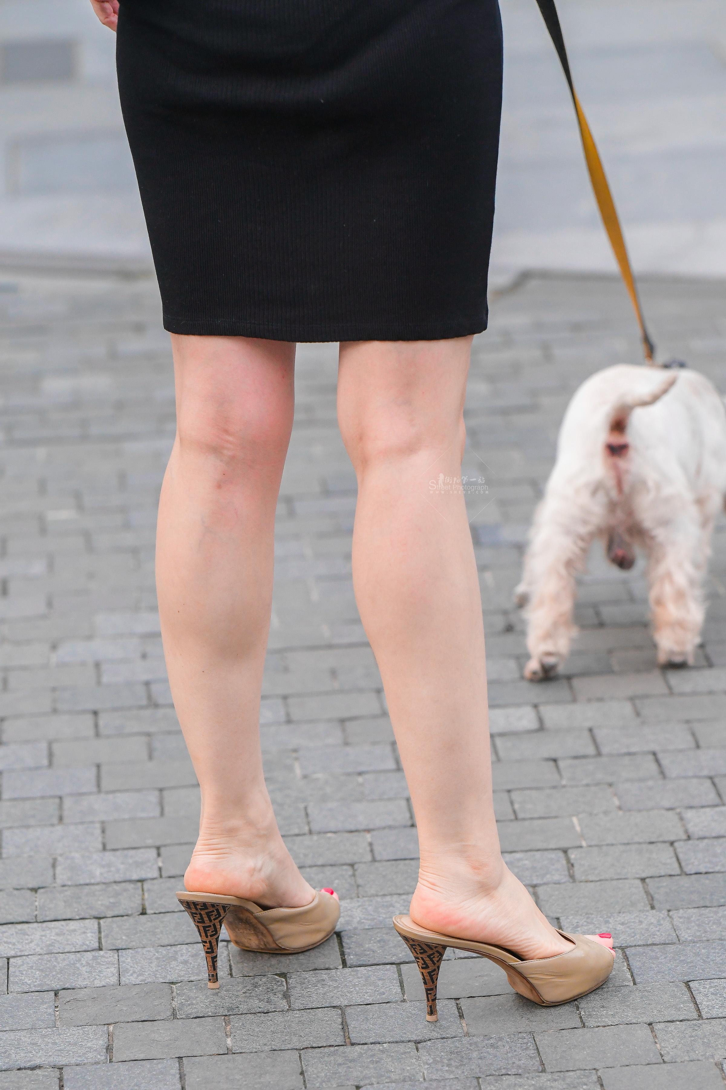 街拍美女,街拍玉足,街拍坡跟鞋,街拍高跟 遛狗的坡跟鞋粉红玉足高跟 美女 最新街拍丝袜图片 街拍丝袜第一站