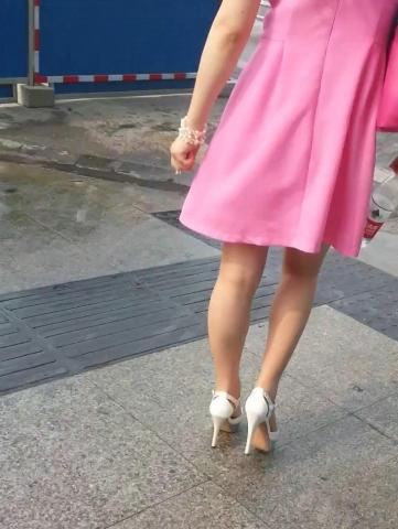 皇家警卫旗视频  穿了丝袜的高跟凉鞋女子(1分10秒,134.59MB,1080P,三星 GT-I9308) 街拍第一站全网原创独发!