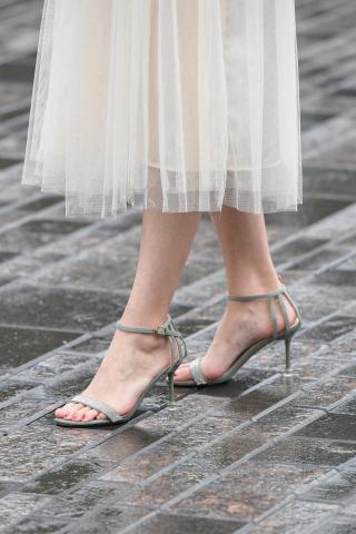 高跟鞋和玉足穿著無可挑剔的文靜姑娘
