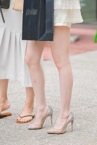時尚靚麗的套裝高跟玉腿 美女