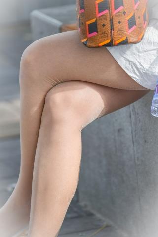 街拍套图超市(招聘原创)  坐下树荫里的闪光肉丝袜袜街拍美女丝袜在阳光间隙下的魅力 街拍第一站全网原创独发!