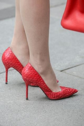 街拍套图超市(招聘原创)  红色高跟鞋肉丝袜袜街拍长腿的完美搭配,有正面有全身 街拍第一站全网原创独发!