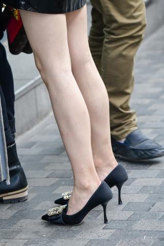 美不美看高跟看玉腿,街拍美女漆皮裙装时尚出行