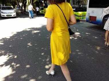 [原创申请客服QQ:1245904381]  穿着肉色超薄透明连裤丝袜和白色尖头街拍高跟鞋以及黄色连衣裙的女人 街拍第一站全网原创独发!