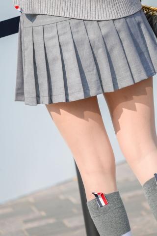 街拍套图超市(招聘原创)  百褶裙街拍肉丝袜加中统棉袜这个女生实在太可爱 街拍第一站全网原创独发!