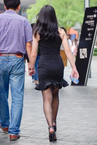 街拍黑丝美妇