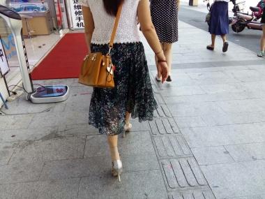 [原创申请客服QQ:1245904381]  穿着肉色透明短丝袜和鱼嘴街拍高跟鞋的女人 街拍第一站全网原创独发!