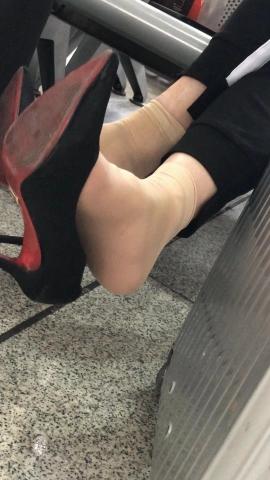 视频金币超市  和他老公聊天兴奋地双脚街拍挑鞋 街拍第一站全网原创独发!