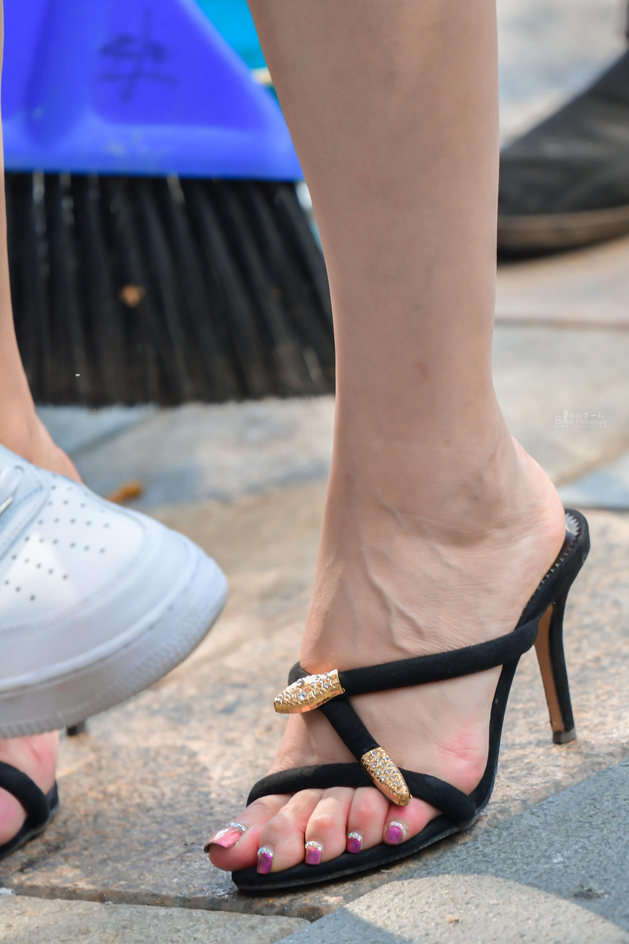 短发知性露肩装魅腿高跟街拍美女的高跟鞋和美甲实在太耀眼 - 特约名家街拍- 街拍第一站
