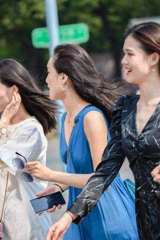 特约名家街拍  三个街拍美女一起走来,不知道要拍哪一个 街拍第一站全网原创独发!