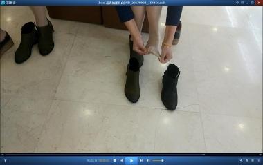 洗面奶视频  穿着同款街拍丝袜的姐妹二人也要选择购买同款短靴[01:40] 街拍第一站全网原创独发!