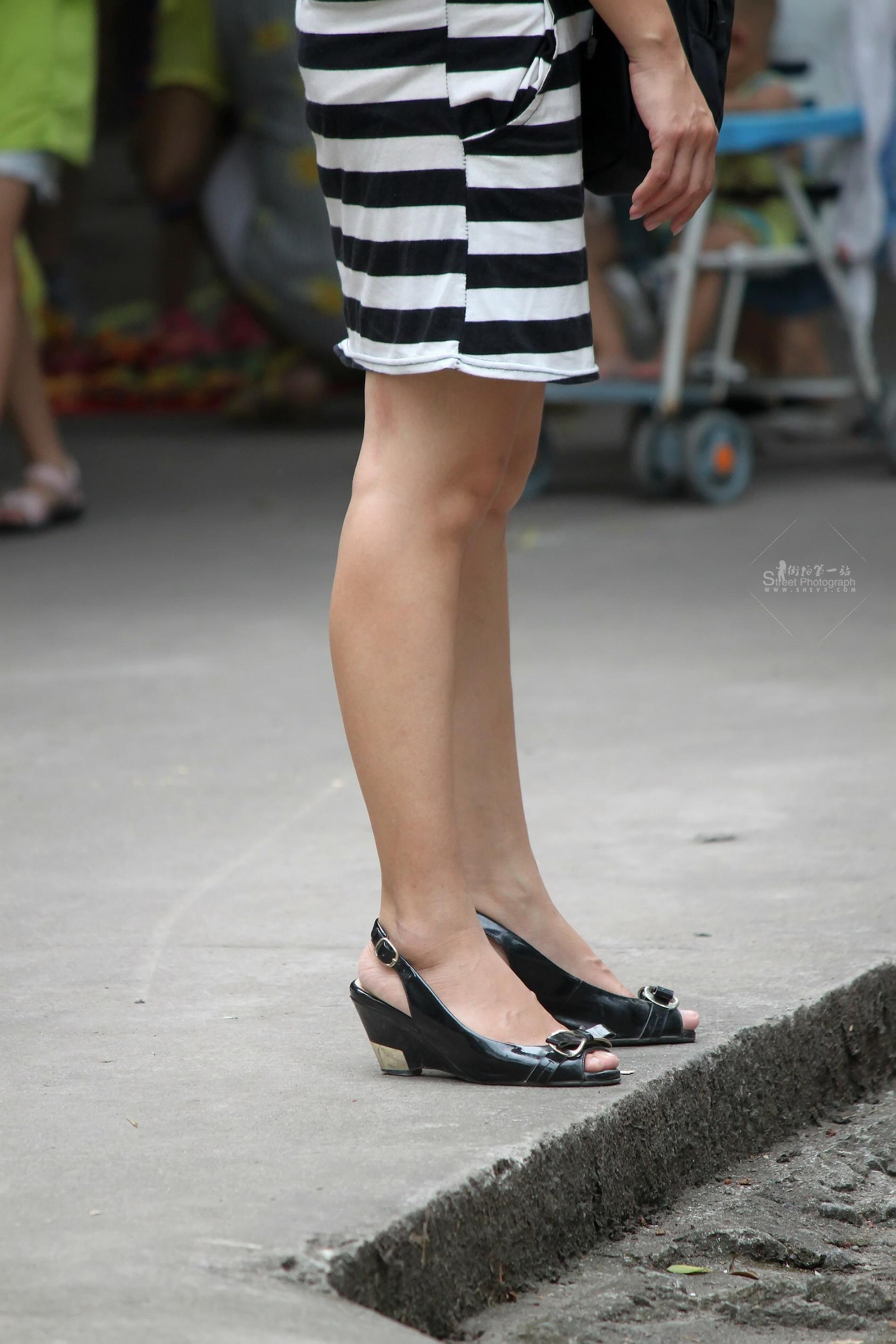 挑鞋晾脚_街拍挑鞋_街拍肉丝挑鞋_街拍短丝挑鞋_街拍丝脚挑鞋 - www.baobaoyuer.com