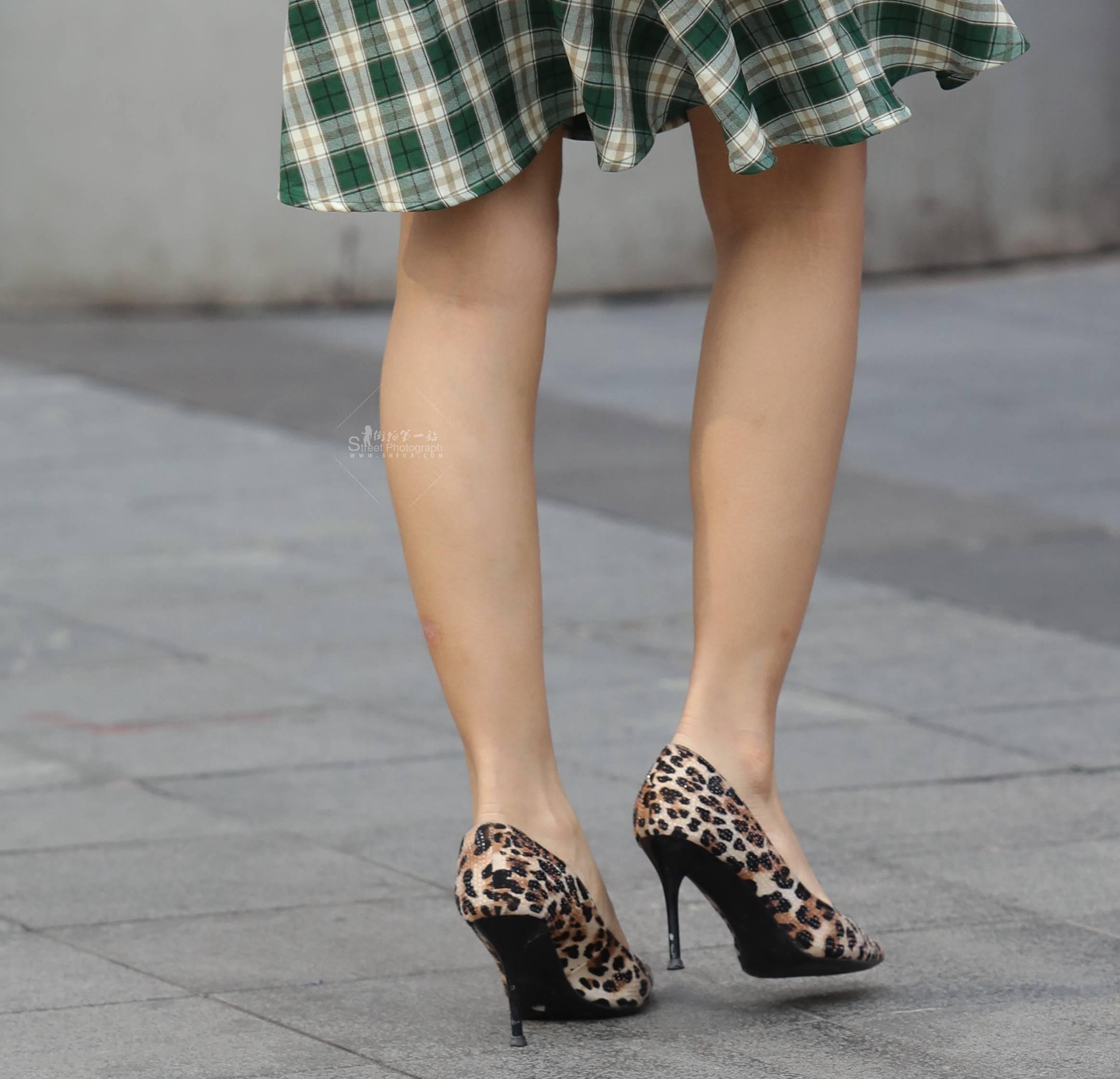 街拍高跟,街拍豹紋 【玨一笑而過】誘惑豹紋 高跟鞋 最新街拍絲襪圖片 街拍絲襪第一站