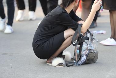 散场的薄街拍黑丝拖鞋礼仪妹子(14p)