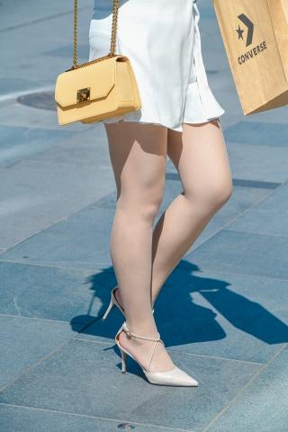 短裙街拍肉丝袜高跟姑娘胖胖的很有感觉