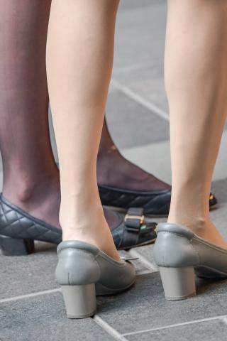 很少能拍到黑丝和街拍肉丝袜站在一起