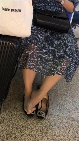 醉爱孤独视频  【醉爱作品】肉丝袜黑高MM晾街拍丝腿 街拍第一站全网原创独发!