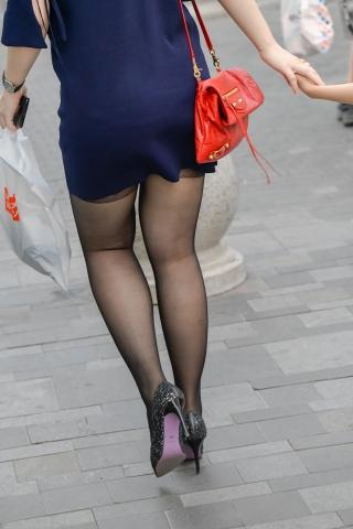 黑丝很不错,街拍高跟很华丽,这个辣妈很时尚