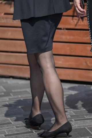 制服街拍黑丝高跟马尾办公室美女走过