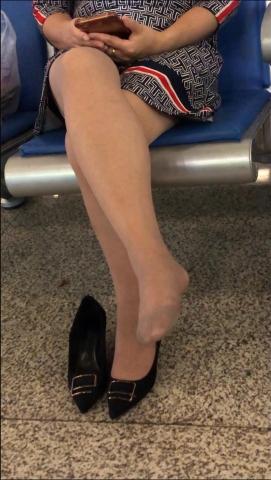 醉爱孤独视频  【醉爱作品】肉丝袜MM晾街拍丝腿 街拍第一站全网原创独发!