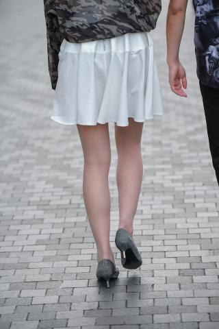 百褶裙闪钻高跟鞋和街拍肉丝袜长腿