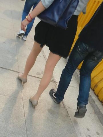 皇家警卫旗视频  街拍肉丝袜美女差点把鞋走掉(1分46秒,215.89MB,1080P,三星 GT-I9308) 街拍第一站全网原创独发!