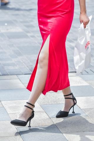 街拍套图超市(招聘原创)  vip会员索要的开叉红裙肉街拍丝袜黑高跟礼服裙美女 街拍第一站全网原创独发!