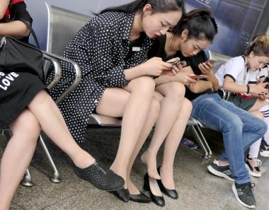 【jim2】两位漂亮的长腿街拍肉丝袜美女(20p)