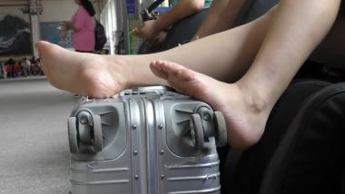 4K丝袜视频  【魔术师4K】Shao Fu把裸足放在旅行箱上,旁若无人晾脚 2分12秒 街拍第一站全网原创独发!