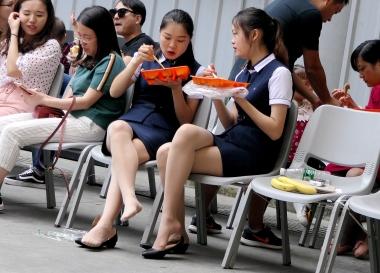 【jim2】2个休息吃饭的漂亮肉街拍丝袜袜美女(20p)