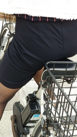[原创申请客服QQ:1245904381]  短裙制服街拍黑丝骑自行车 街拍第一站全网原创独发!
