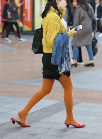 签约原创独发作品  【珏一笑而过】Shao Fu的袜子颜色很少见 街拍第一站全网原创独发!