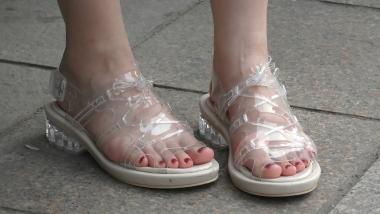 4K丝袜视频  【魔术师4K】当粉嘟嘟的脚丫,遇到全透明凉鞋会产生怎样的催化效果?4分19秒 街拍第一站全网原创独发!