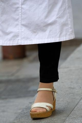 特约名家街拍  【原创】熟 妇坡跟凉鞋街拍肉丝袜【10P】 街拍第一站全网原创独发!
