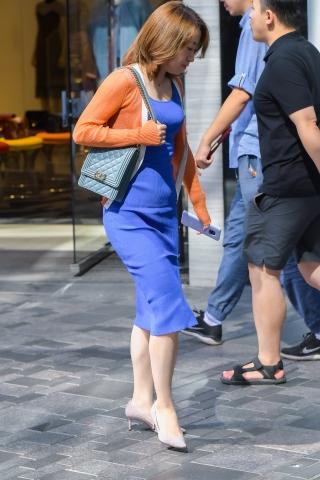特约名家街拍  蓝裙高跟街拍美女好像没刮腿毛 街拍第一站全网原创独发!