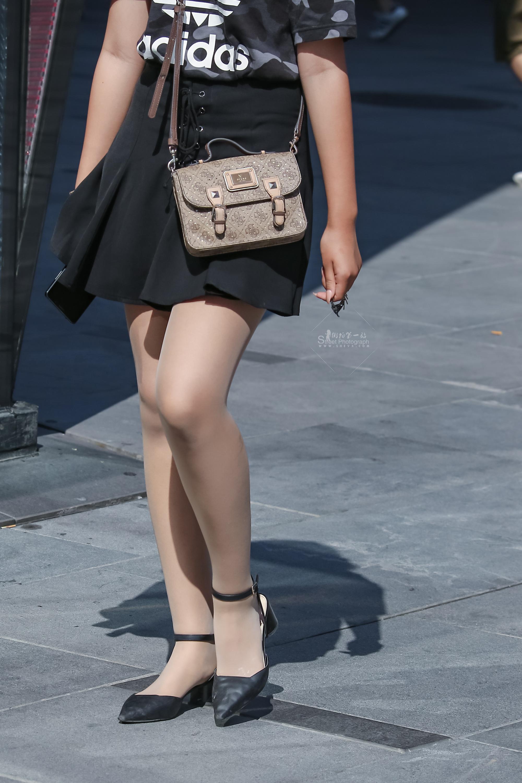 街拍肉丝袜,街拍肉丝袜袜,街拍高跟,街拍丝袜 亮晶晶的 肉丝袜小高跟百褶裙 最新街拍丝袜图片 街拍丝袜第一站
