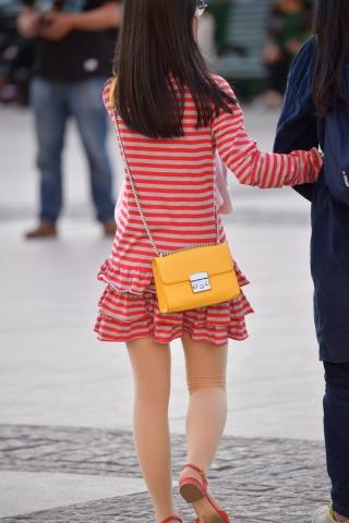 眼镜格子连衣裙 街拍美女图片发布 街拍丝袜第一站