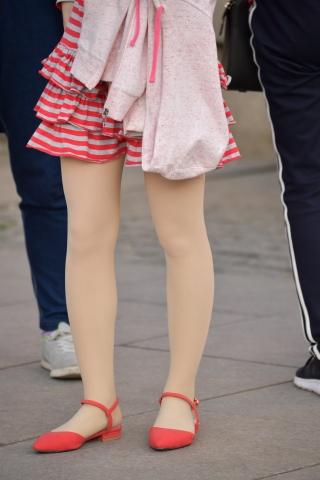 条纹连衣裙 街拍美女图片发布 街拍丝袜第一站