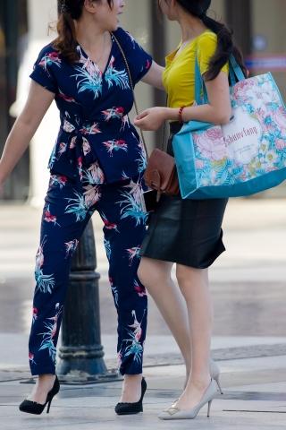 [权限要求:两年期VIP及以上]  【原创】两个身材超好的  丝 袜 少 妇【16P】 街拍第一站全网原创独发!