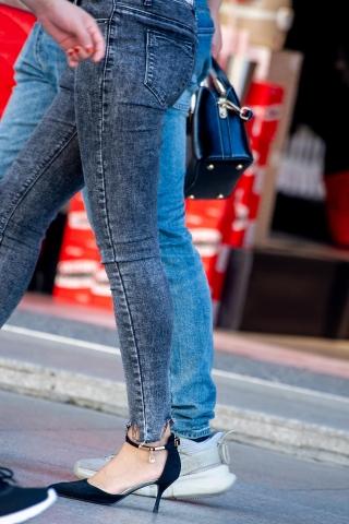 [权限要求:两年期VIP及以上]  【原创】 牛仔裤高跟鞋妹纸【13P】 街拍第一站全网原创独发!
