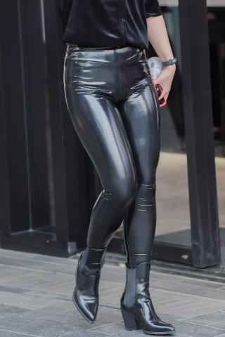 [权限要求:三年期VIP及以上]  很难遇到的皮裤,这个姑娘谁能征服 街拍第一站全网原创独发!