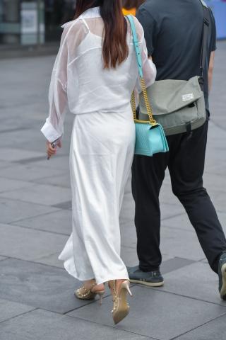 丝袜卫生巾_白衣高街拍裙抄底卫生巾跟 美女-最新街拍丝袜美女-街拍丝袜第一站