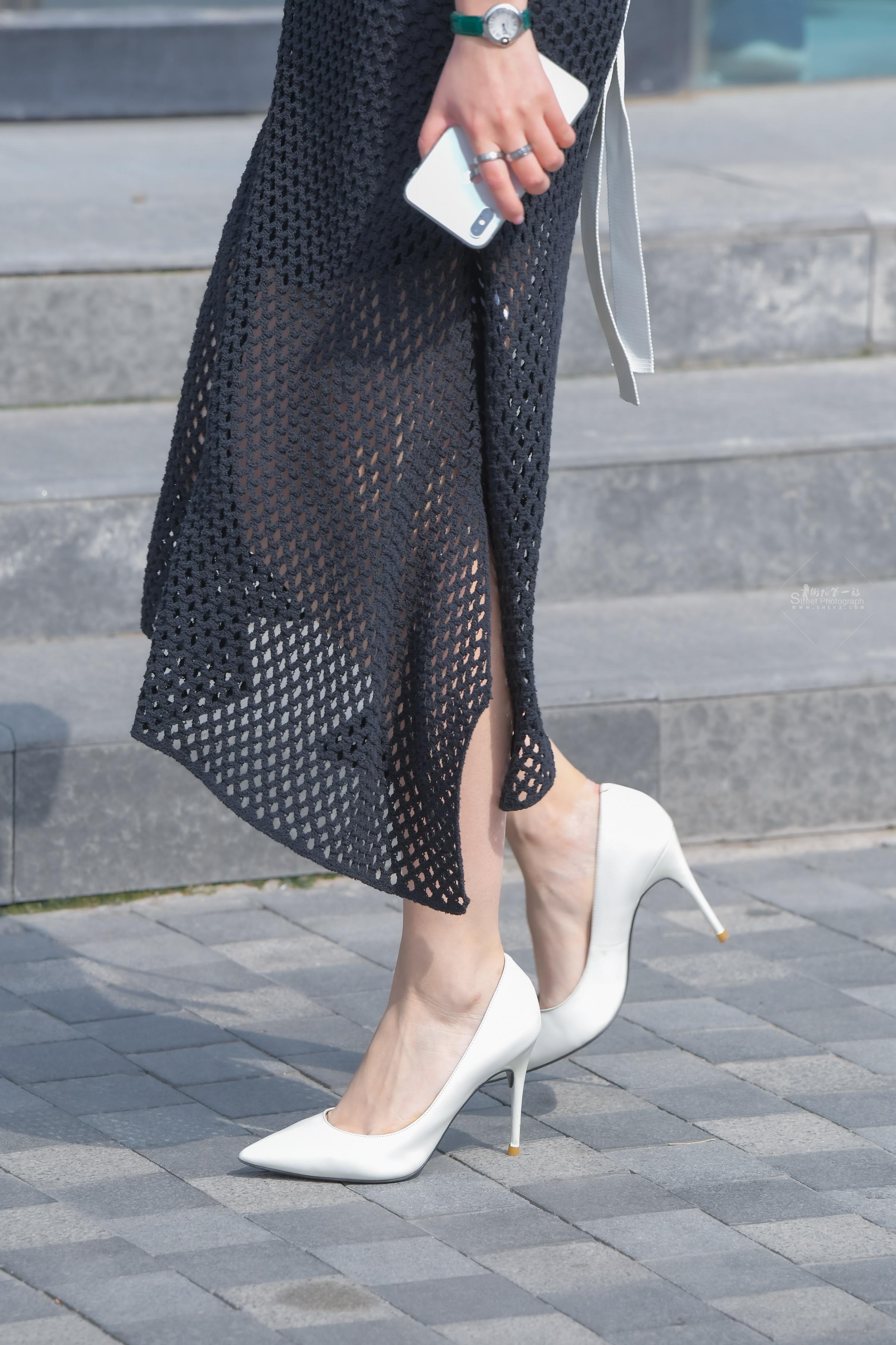 短发气质 美女白王俊凯纽约街拍毛衣牌子色高跟黑裙魅力