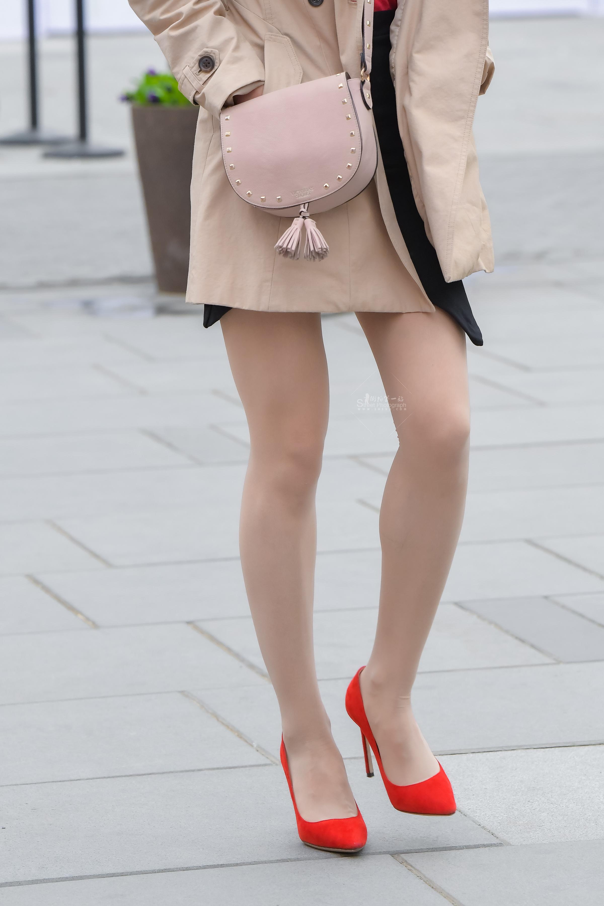 紅高玉腿風衣女子-街拍絲襪第一站
