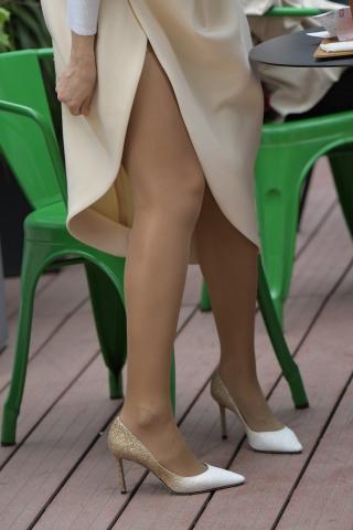 [权限要求:三年期VIP及以上]  咖啡  丝 袜 高跟 美 女 喝咖啡 街拍第一站全网原创独发!