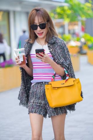 套装大长腿粉肤色细嫩气质 高跟美四川自贡美女街拍女-街拍丝袜第一站