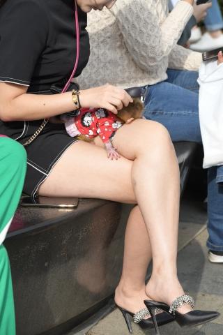 很难遇到的佳人 高街拍第一站 短裙跟长玉腿坐姿与爱宠