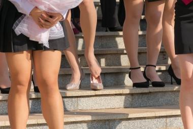 [权限要求:三年期VIP及以上]  大学校园毕业照 丝 袜  美足34(15p) 街拍第一站全网原创独发!