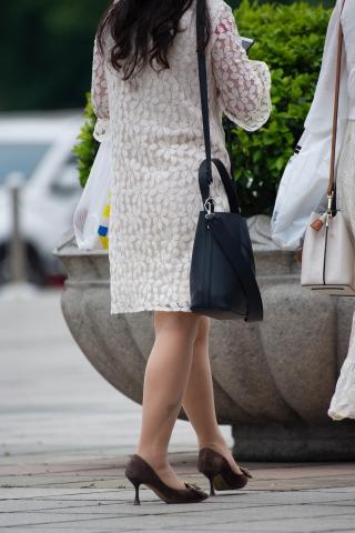 【原創】熟 婦街拍絲襪腳網站蕾絲群 絲襪高跟鞋【13P】